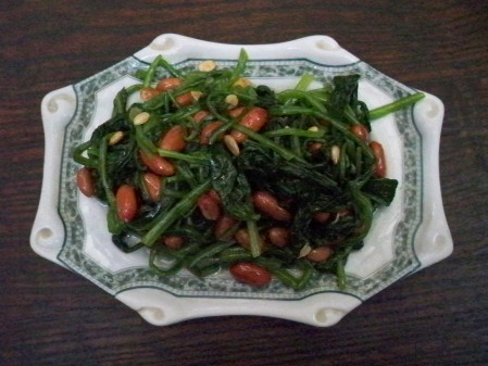 Spinach with peanuts
