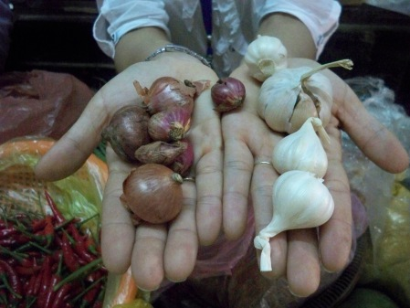 Two kinds each of shallots and garlic